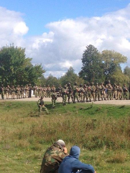 (Национальная Гвардия охраняет клондайк в селе Лесовое на Волыни)